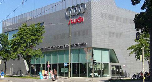 фасадата на търговския център на audi в Мюнхен