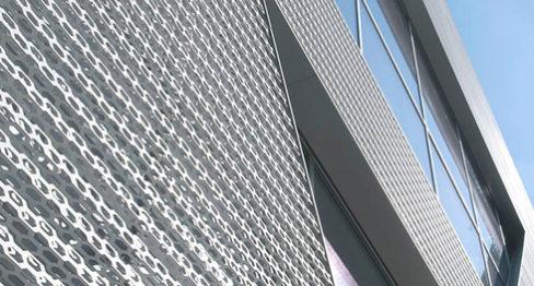 Близък план на фасадата на AUDI
