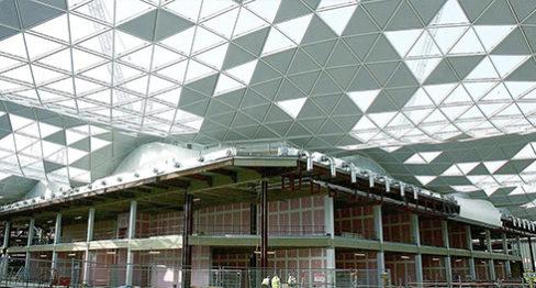 Окачен таван в търговски център в Лондон