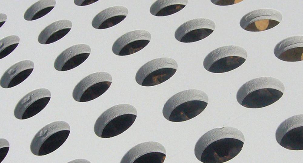 Различни пресяващи повърхности с кръгли или капковидни отвори, които се използват в различни пресяващи съоръжения